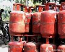 Non subsidized LPG cylinder expensive by Rs 144.50  New Delhi:A day after declaration of results of the Delh